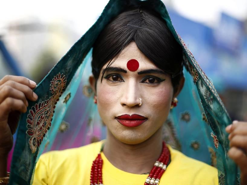 Transexual participa de uma manifestação em Daca, Bangladesh, nas comemoração do Dia Mundial de Combate à Aids