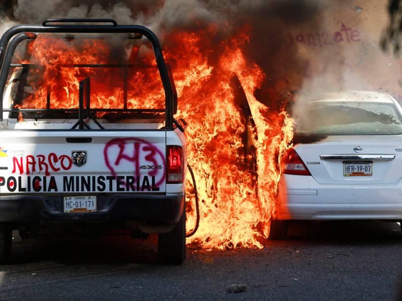 Manifestantes mexicanos colocam fogo em carros e atacam agências bancárias na Cidade do México em protesto contra o desaparecimento de 43 estudantes