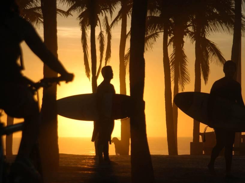Movimentação durante o amanhecer desta terça-feira (2) na praia do Arpoador, na Zona Sul do Rio de Janeiro. A máxima prevista para hoje na cidade é 35º C.