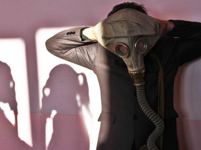 Aluno de uma escola em Belarus, usa uma máscara de gás durante treinamento contra incêndio na aldeia de Krevo, cerca de 100 quilómetros a noroeste de Minsk