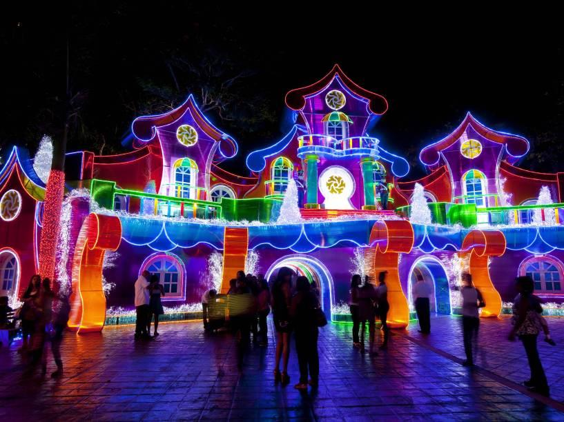 """Decoração de Natal no Parque Iberoamérica, em Santo Domingo, capital da República Dominicana. 50 milhões luzes compõem o espaço de um quilômetro quadrado destinado ao """"Natal Brilhante"""", como é conhecido o projeto"""