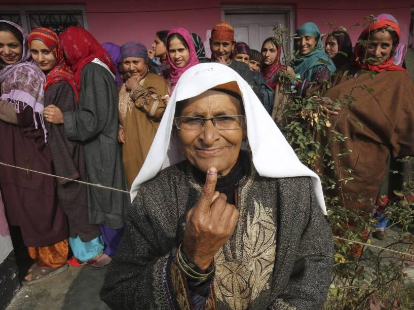 Mulheres da Caxemira indiana esperam para votar na eleição estadual nesta terça-feira (2), na vila de Nowpora, no distrito de Kulgam
