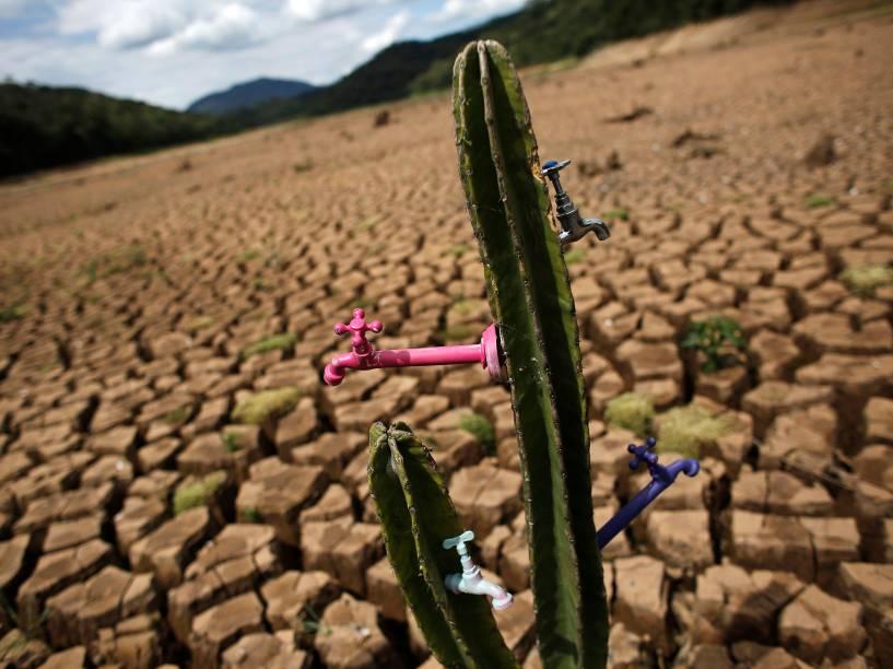 Instalação Deserto da Cantareira feita pelo artista e ativista Mundano na represa Atibainha, parte do sistema Cantareira, em São Paulo. O estado enfrenta uma das mais graves crises de seca