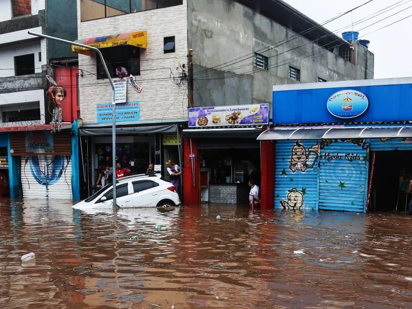 Vista dos estragos causados pela chuva na rua Padre Viegas de Menezes, em Itaquera, na capital paulista. O bairro de Itaquera, na zona leste de São Paulo, entrou em estado de alerta por volta das 16h40 desta quarta-feira (10) por conta de forte chuva e do transbordamento do córrego Verde