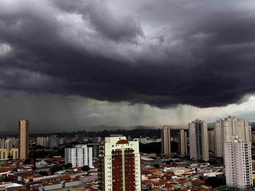 Chuva forte coloca SP em estado de atenção. Nuvens carregadas sobre São Paulo, na tarde dessa quarta-feira (10), visto da região da Mooca, na zona leste da capital.