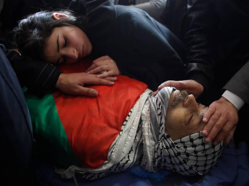 Filha do ministro palestino, Ziad Abu Ein, durante enterro do paina cidade de Ramallah, Cisjordânia. Ziad morreu em meio a uma manifestação na qual o exército israelense usou gás lacrimogênio para dispersar os participantes. Há divergências sobre a causa da morte