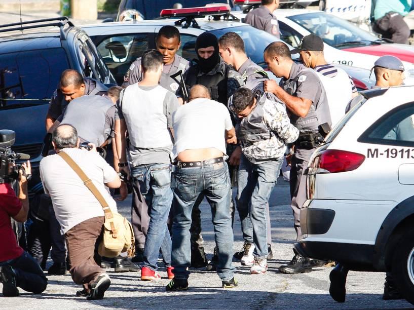 Dois criminosos armados invadiram na manhã desta quinta-feira (18/12) uma casa na zona leste de São Paulo. Segundo a PM, a dupla fez uma vítima refém