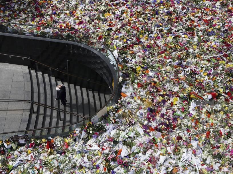 Australianos depositam flores em memorial improvisado em homenagem às vítimas do sequestro em cafeteria de Sydney