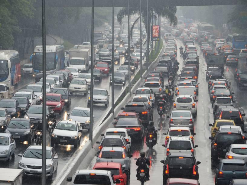 Trânsito congestionado de veículos na avenida 23 de Maio, viaduto Dona Santa Generosa, no bairro do Paraíso, em São Paulo, nesta tarde de sexta-feira (19) com muita chuva