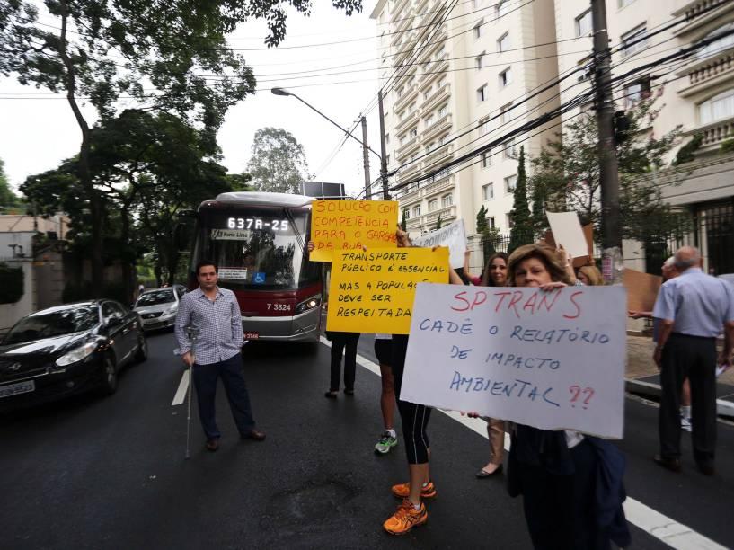 Moradores durante protesto contra corredor de ônibus instalado na rua Tabapuã, no Itaim Bibi. A faixa exclusiva funciona entre a rua Brigadeiro Haroldo Veloso e a avenida Brigadeiro Faria Lima. Os moradores dizem que o local não comporta grande fluxo de ônibus e pedem a retirada do corredor