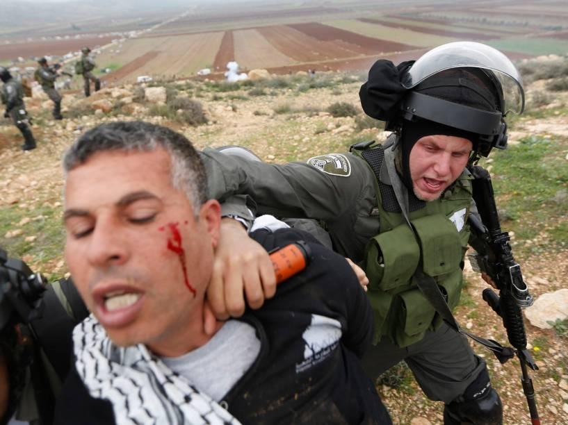 Policial de fronteira israelense detém umpalestino apósmanifestação contra os assentamentos israelenses na aldeia de Turmus Aya, na Cisjordânia