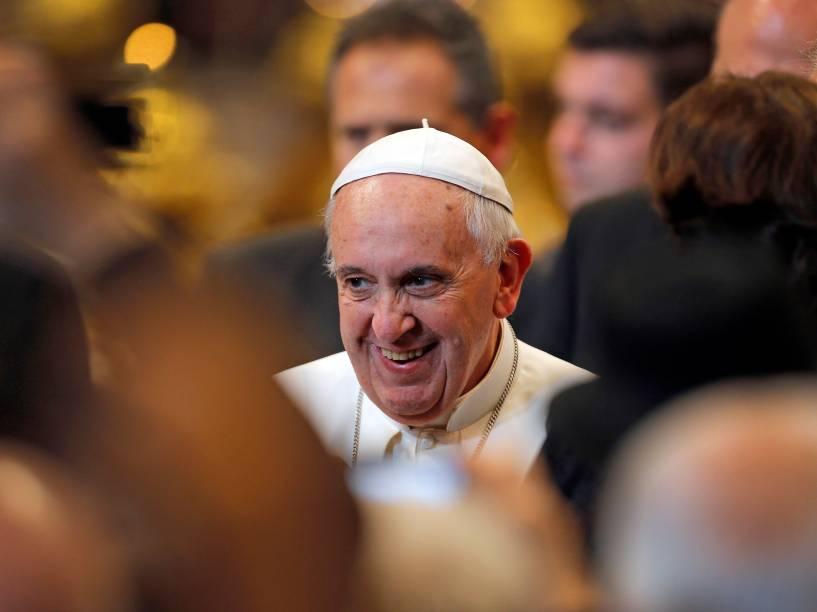 O papa Francisco após término de missa celebrada por ele na Basílica de São Pedro, no Vaticano. A missa teve a presença de atletas italianos
