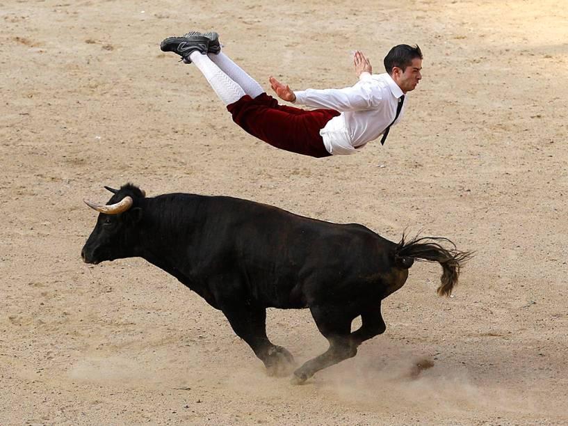 Toureiro espanhol salta sobre um touro durante um show em Cali, na Colômbia