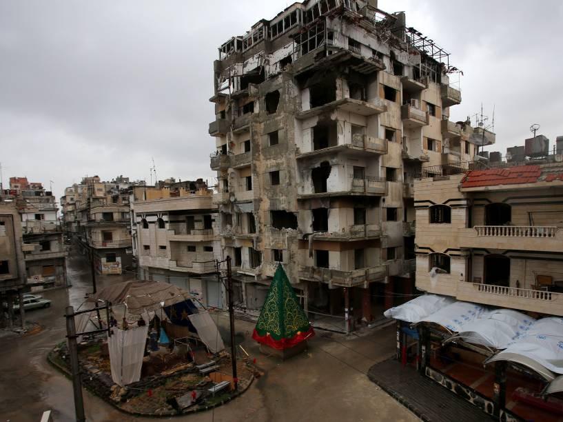 Presépio feito de entulho e uma árvore de Natal na cidade síria de Homs