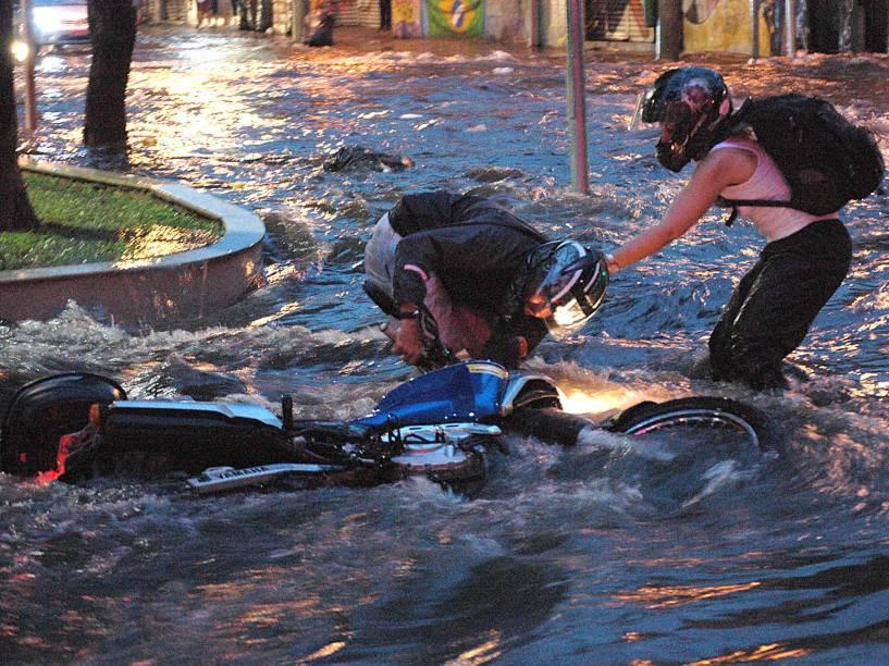 Motociclista cai em alagamento na Rua Turiassu em São Paulo<br>