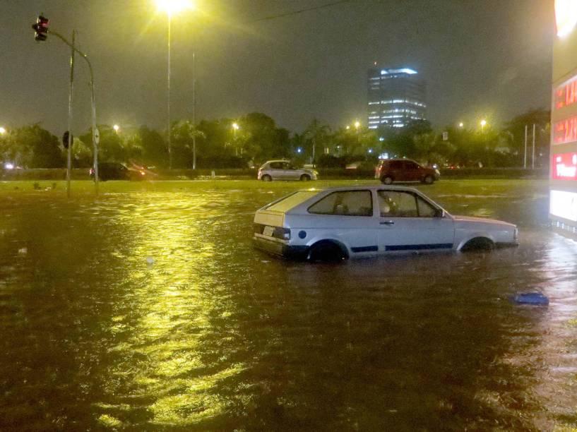 Chuva causou alagamento nesta segunda-feira (22/12), na Avenida Raimundo Perreira Magalhães em São Paulo. Os alagamentos atingiram vários pontos da cidade e a Marginal Tietê