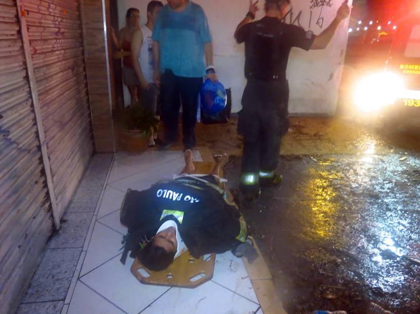 Mulher é resgatada após ser arrastada pela chuva nesta segunda-feira (22/12), na Avenida General Edgar Facó em São Paulo