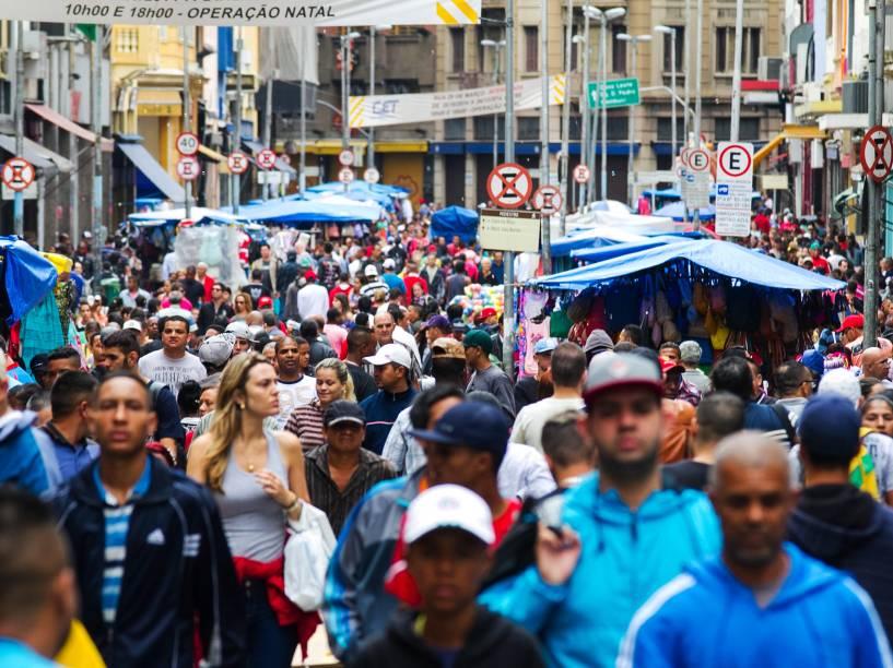 Movimentação de consumidores, na véspera de Natal, no comércio da Rua 25 de Março, nesta quarta-feira pela manhã, no centro de São Paulo