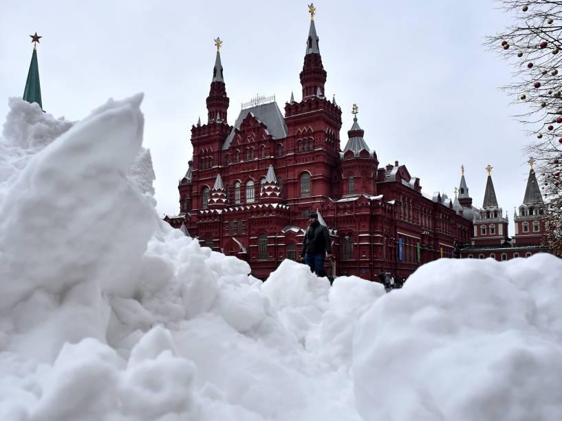 Após grande nevasca, homem anda na Praça Vermelha, no centro de Moscou