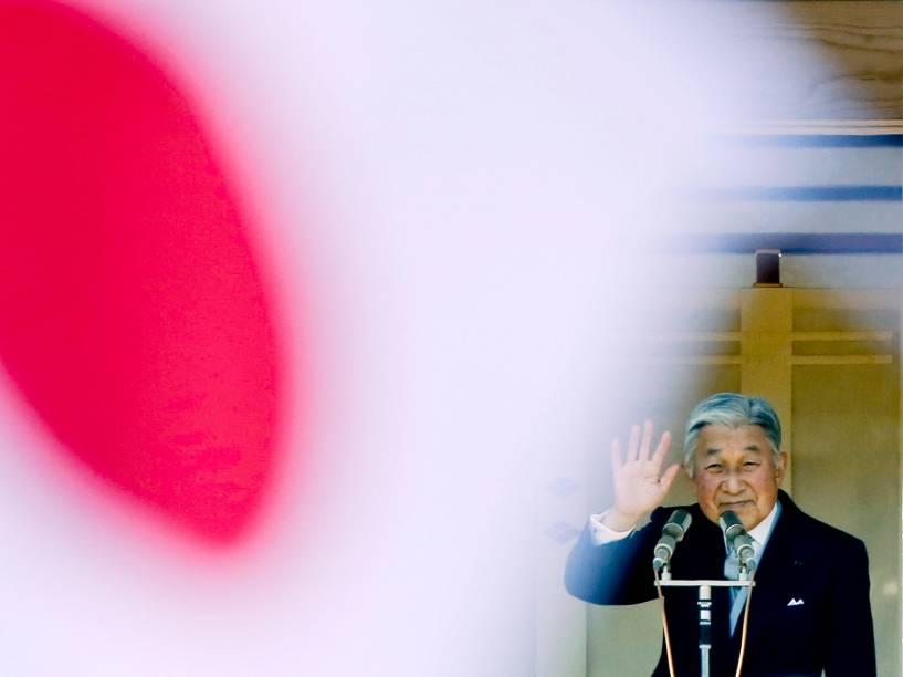 O imperador Akihito cumprimenta cidadãos durante a comemoração do seu aniversário de 81 anos em Tóquio, Japão