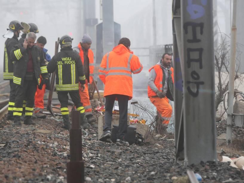 Policiais e bombeiros inspecionam uma linha ferroviária onde uma bomba caseira explodiu paralisando o tráfego de trens ao norte da Itália. A explosão causou atrasos nas estações de Milão Roma e Nápoles