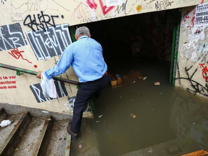 """Túnel conhecido como """"Toca da Onça"""", reformado há 1 ano para troca das bombas dágua, está alagado após a chuva desta terça-feira (23/11), em São Paulo. O túnel que liga as ruas Rua William Speers e a Rua John Harrison, com acesso ao Terminal de ônibus da Lapa e a estação da CPTM, é conhecido pelos assaltos e péssimos cuidados"""