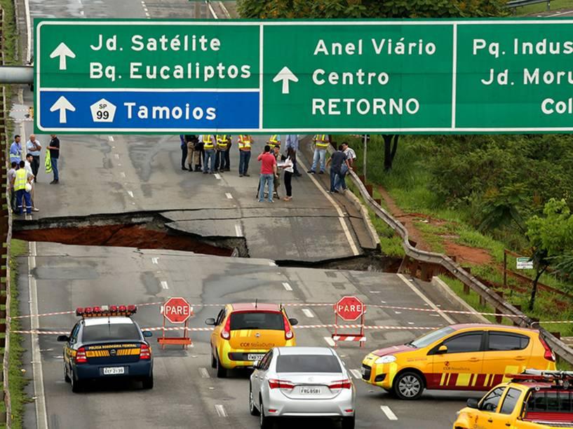 Trânsito intenso de veículos na rodovia Presidente Dutra, altura do km 152, em São José dos Campos, no sentido SP-RJ, devido à interdicao de pista local, onde a chuva abriu uma cratera