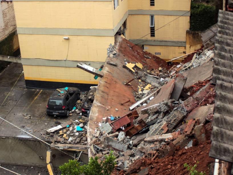 Muro de arrimo de prédio residencial desaba e atinge carros no estacionamento, na zona sul de SP; não houve feridos