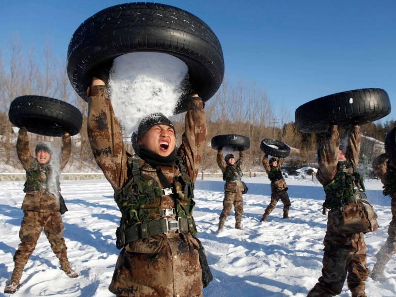 Soldados do Exército de Libertação Popular (PLA) durante treinamento em Heihe, na China