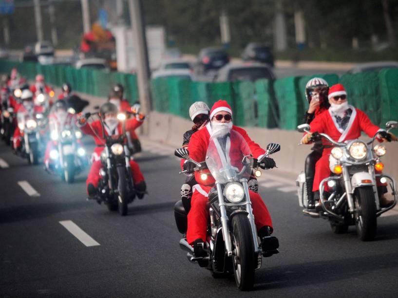 Motociclistas com trajes de Papai Noel, distribuem presentes para idosos em uma casa de repouso Guangzhou, província de Guangdong, na China