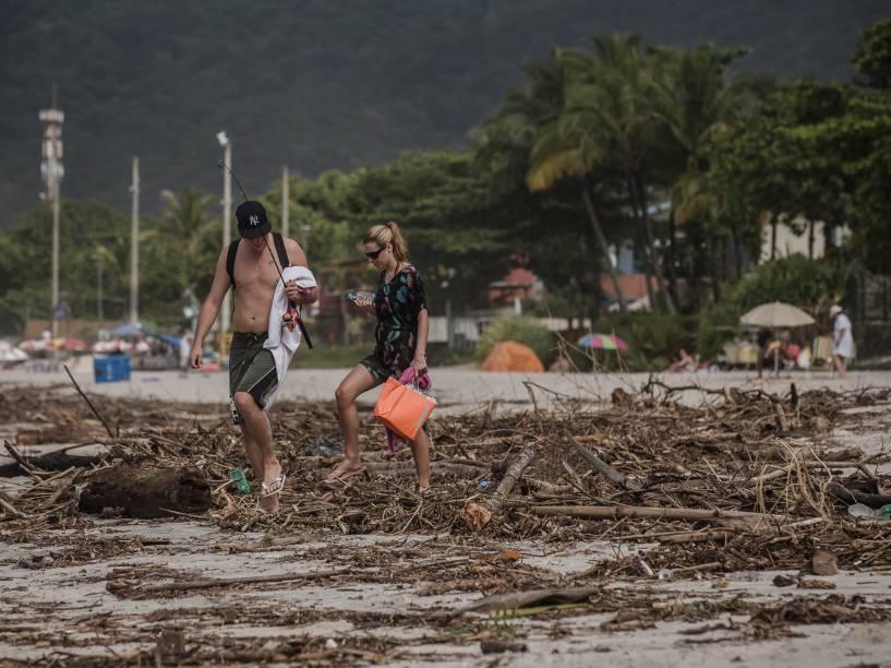 Sujeira após a intensa chuva que atingiu a praia de Maresias, em São Sebsatião, no litoral norte de São Paulo, nesta quinta-feira (25)