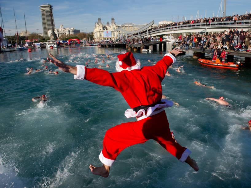 Cerca de 300 nadadores enfrentaram as baixas temperaturas para participar nesta quinta-feira (25) de cinco provas durante a 105ª edição da Copa Nadal. Tradicional evento natalino, os participantes atravessam a nado o porto de Barcelona, na Espanha