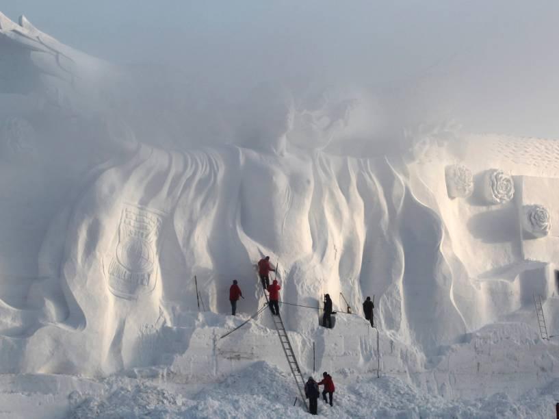 Artesão polonês prepara uma escultura de neve em um parque em Changchun, província de Jilin, na China