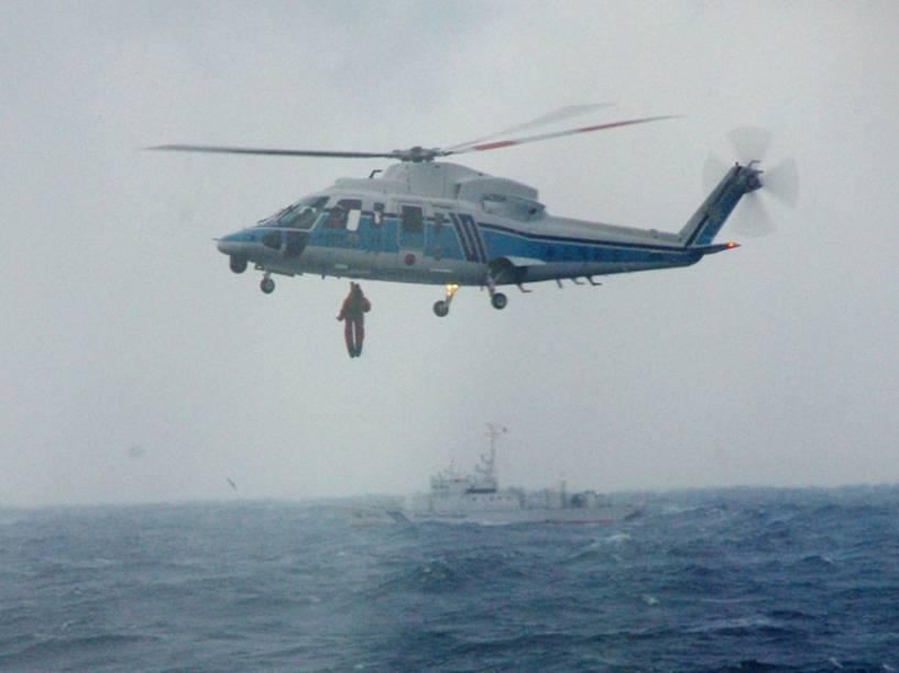 Imagem cedida pela Guarda Costeira do Japão mostra um helicóptero resgatando sobreviventes de um naufrágio no estreito que separa a ilha de Honshu do arquipélago de Hokkaido. Três dos 10 tripulantes morreram