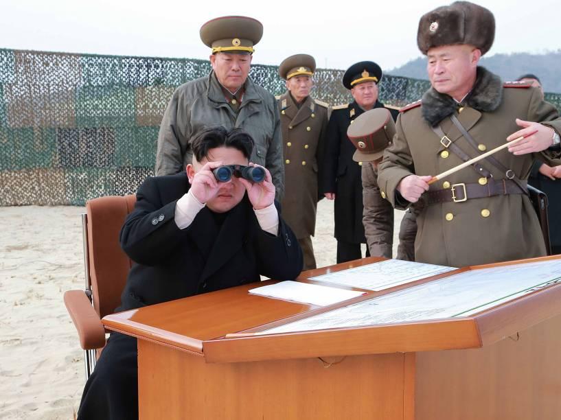 Imagem divulgada pelo governo da Coreia do Norte, mostra o ditador Kim Jong Un durante visita a uma área de lançamento de foguetes - 30/12/2014