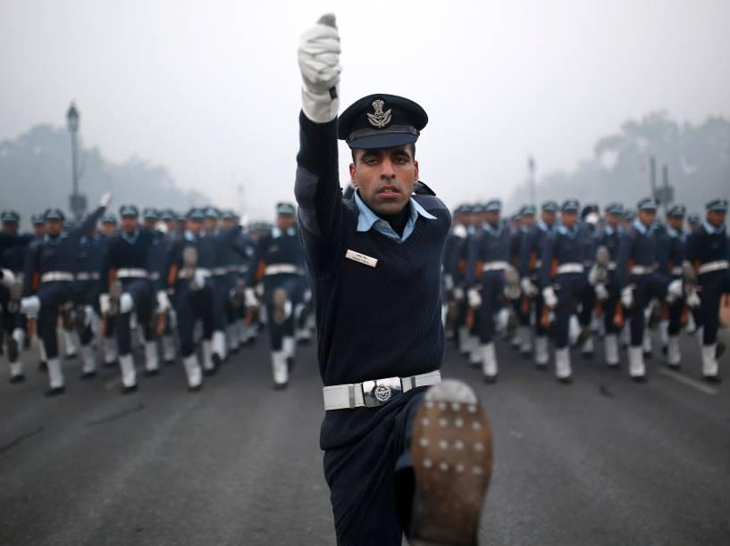 Soldados da Força Aérea da Índia realizam ensaio para o desfile do Dia da República em Nova Délhi - 30/12/2014