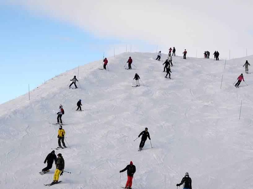 Dezenas de pessoas são vistas na estação de esqui de Les Menuires, região leste da França