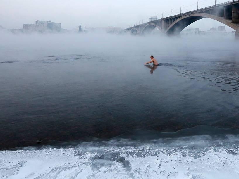 Vladimir Shcherba, um fã de natação de inverno, mergulha no Rio Yenisei à temperatura de 23 graus negativos, na cidade siberiana de Krasnoyarsk, na Rússia