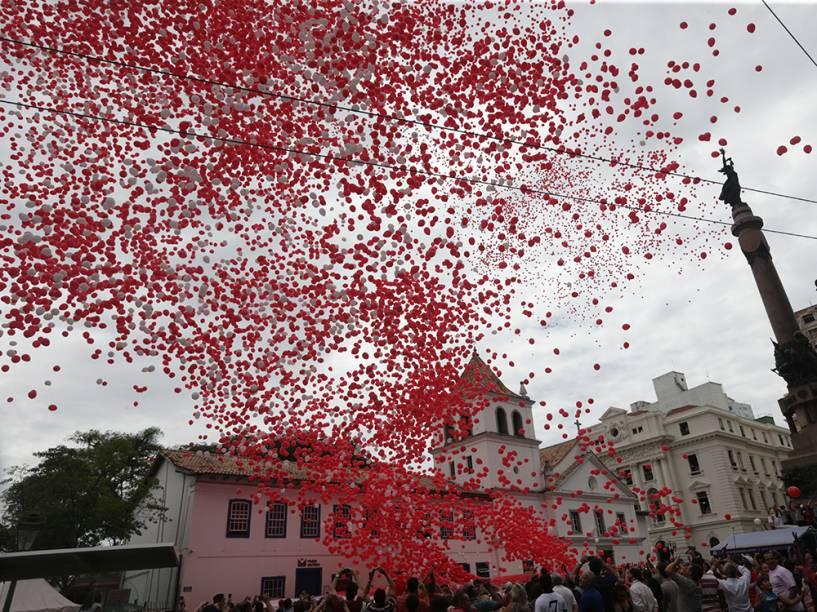 Associação Comercial de São Paulo (ACSP) enfeita o céu da capital paulista com 55 mil balões biodegradáveis na manhã desta terça-feira (30). Na imagem, a região central da cidade