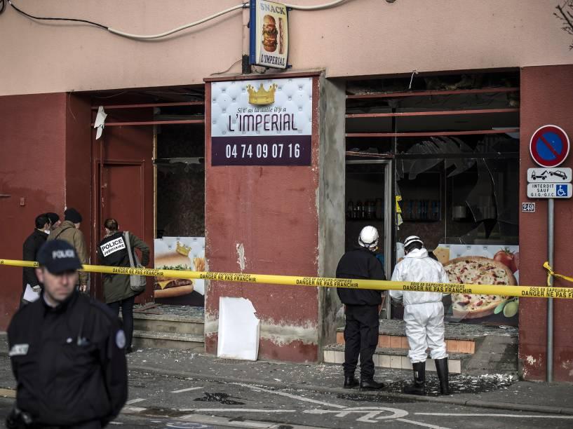 Policiais trabalham no local de uma explosão em uma loja de kebab perto de uma mesquita, em Villefranche-sur-Saône, no leste da França, nesta quinta-feira (08)