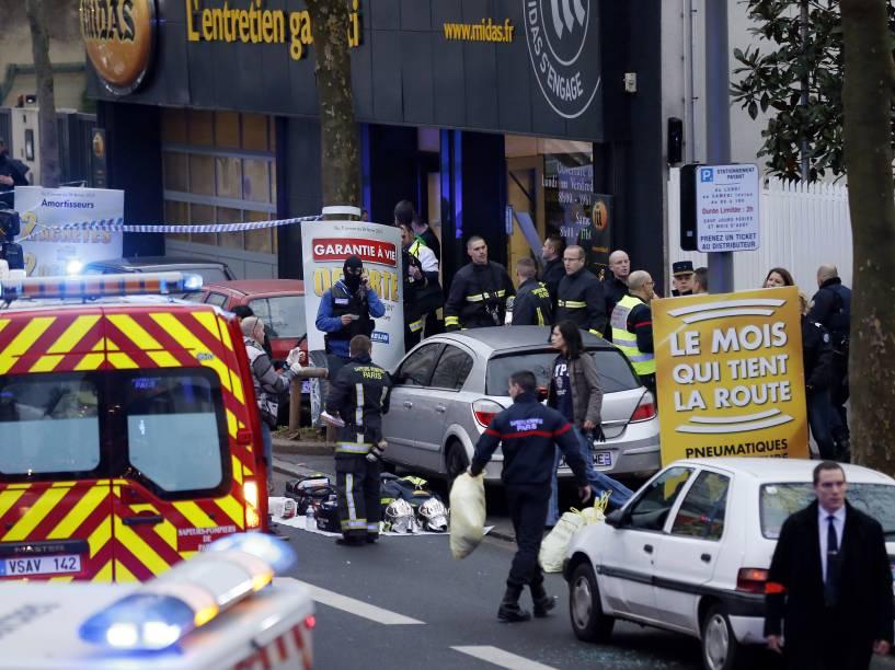 Uma policial foi morta em um ataque a tiros em Montrouge, no Sul de Paris, nesta quinta-feira (08). A policial e um agente de trânsito, que está em estado grave, foram atacados a tiros por um homem, que fugiu