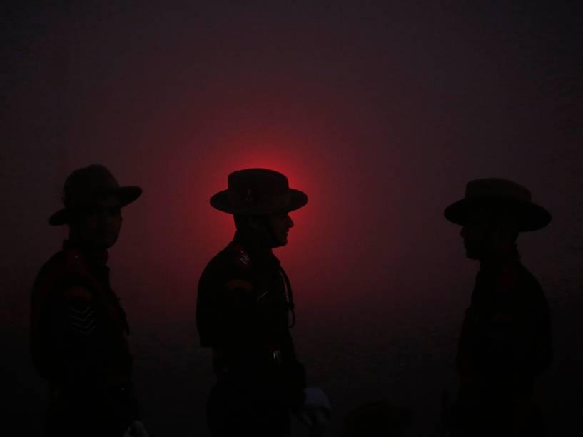 Silhuetas de soldados indianos foram fotografados em frente à luz de um semáforo durante ensaio para apresentação do Dia da República, em Nova Délhi, nesta quinta-feira (08)