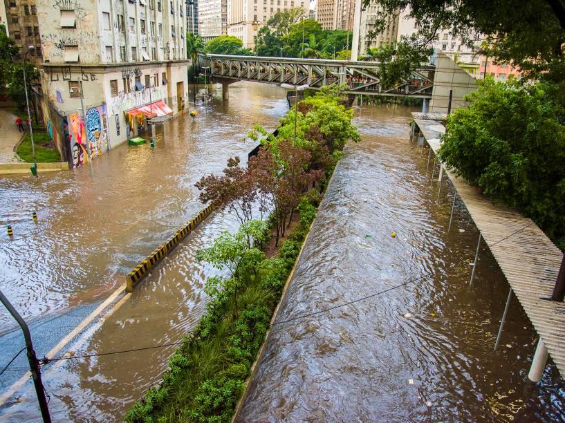 Chuva causa alagamento na Avenida 9 de Julho na região do Terminal Bandeira em São Paulo - 08/01/2015