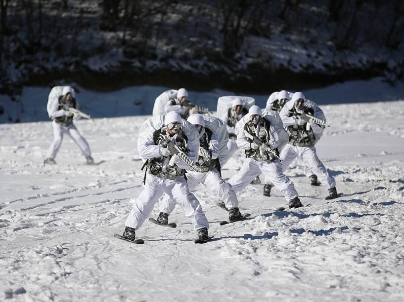 Membros das Forças Nacionais da Coreia do Norte participam de um exercício de inverno em Pyeongchang