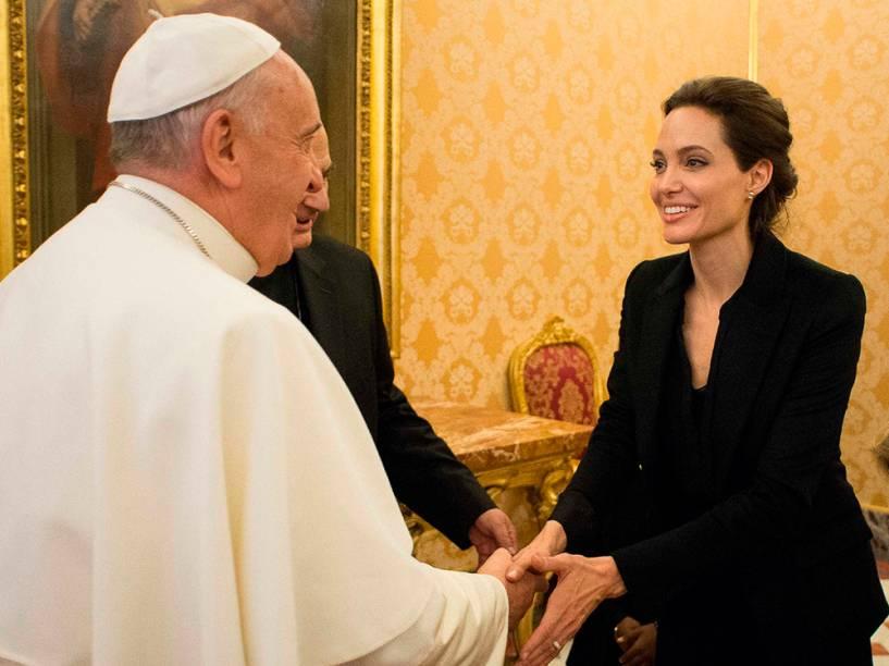 Papa Francisco cumprimenta a atriz americana Angelina Jolie, durante audiência privada no Vaticano
