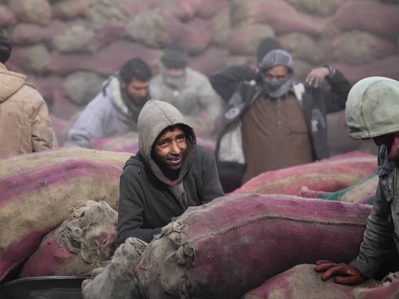 A agência da ONU para os Refugiados (ACNUR) e organizações distribuem assistência de inverno para cerca de 32 mil famílias deslocadas, em todo o território do Afeganistão