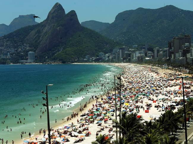 Rio de Janeiro registra 42 graus nesta sexta-feira (09). Na imagem, milhares de pessoas lotam a praia do Arpoador