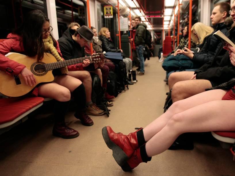 """Passageiros participaram do """"Dia sem calças no Metrô"""", em Praga, na República Tcheca; o flash mob anual acontece em diferentes cidades pelo mundo"""