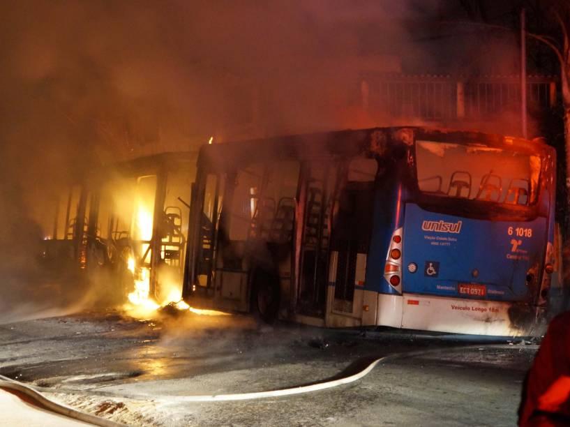 Um ônibus foi incendiado na região do Grajaú, na madrugada desta quarta-feira (14/01). O ataque aconteceu na rua Rubens de Oliveira, onde ao menos quatro criminosos abordaram o coletivo. Segundo a Polícia Militar, não há feridos e os criminosos fugiram