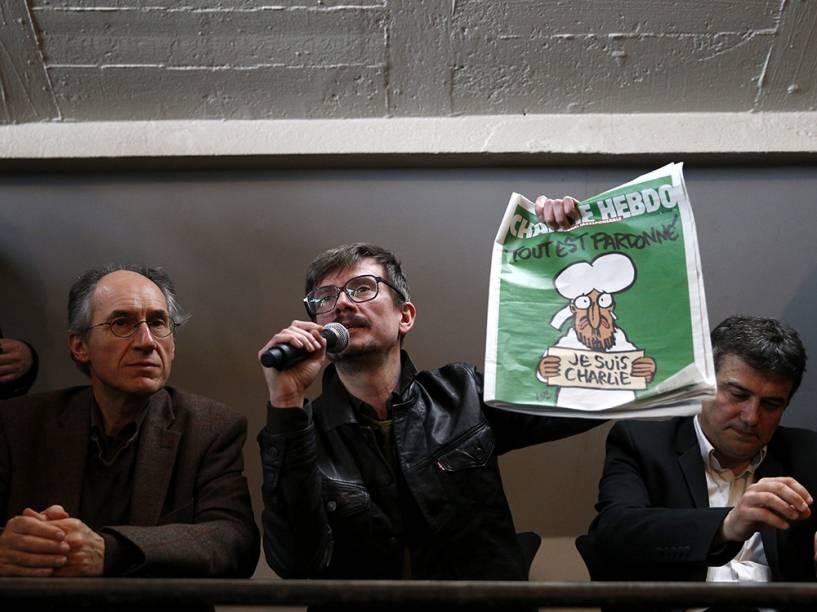 O novo editor do semanário satírico francês Charlie Hebdo, Gerard Biard e equipe mostram a próxima capa da revista durante uma conferência de imprensa em Paris, França